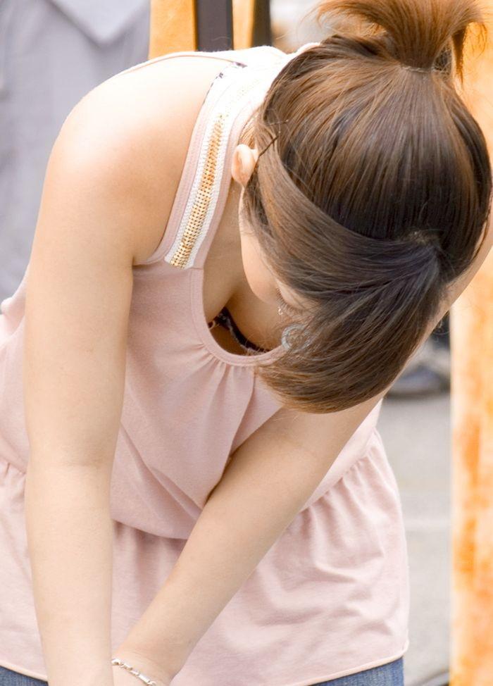 【素人胸チラエロ画像】暖かい季節にありがちなハプニングショット! 27