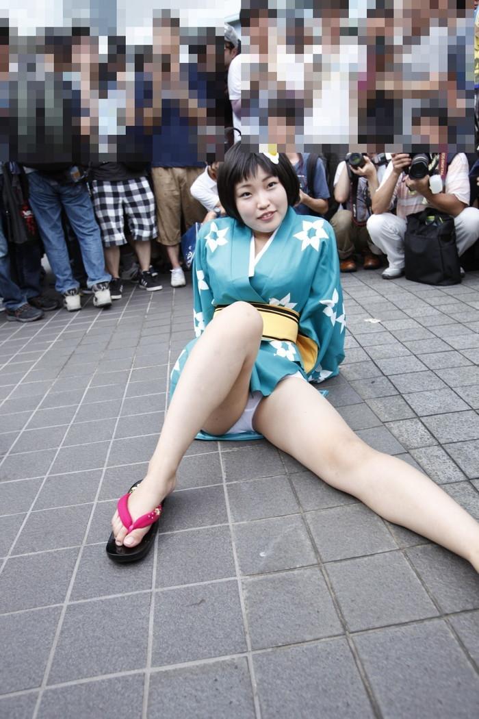 【コミケエロ画像】コミケで見かける素人コスプレイヤーたちのパンチラ! 05