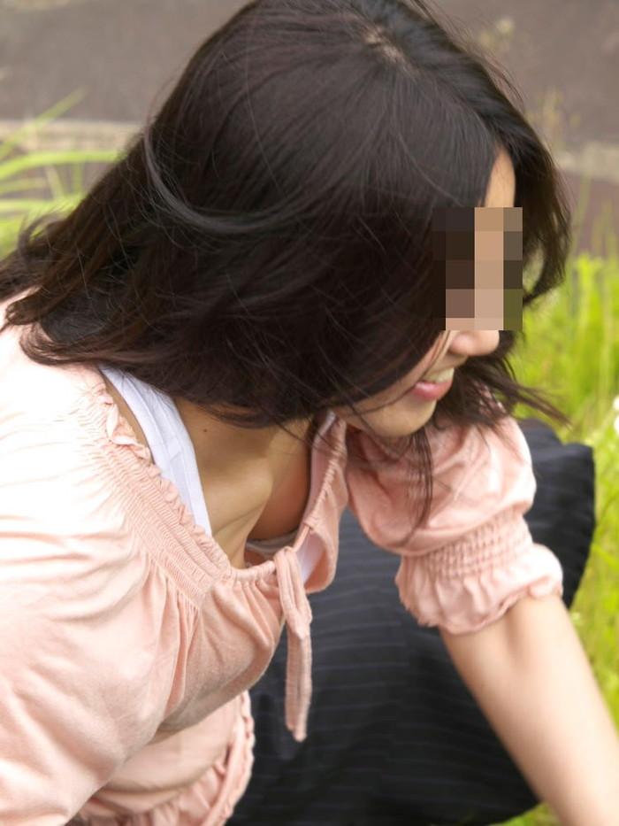 【胸チラエロ画像】街中のあちこちで見られるエロハプニングがコチラw 05
