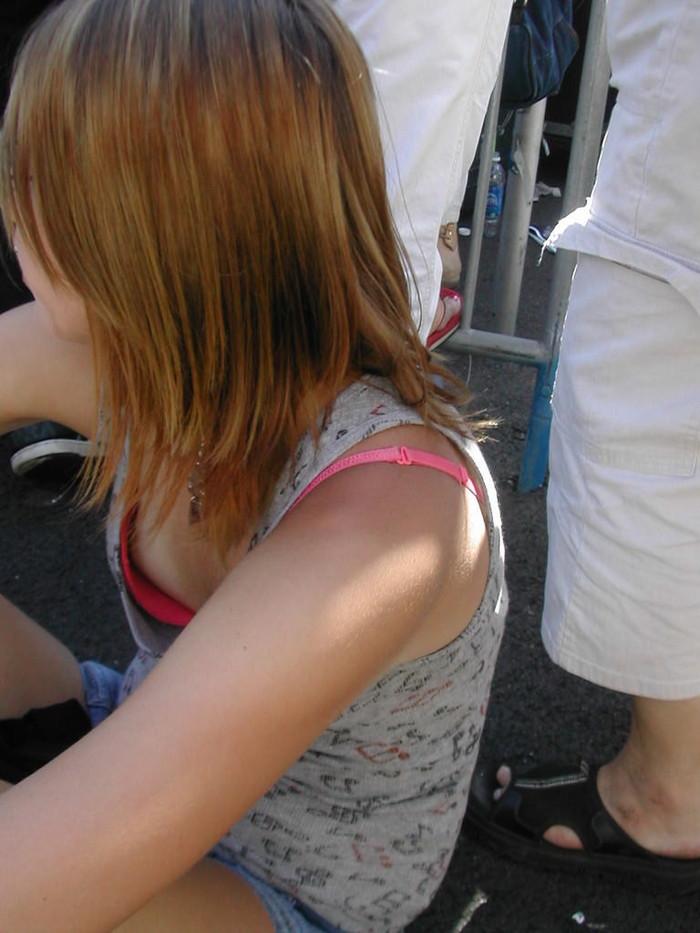 【胸チラエロ画像】街中のあちこちで見られるエロハプニングがコチラw 07