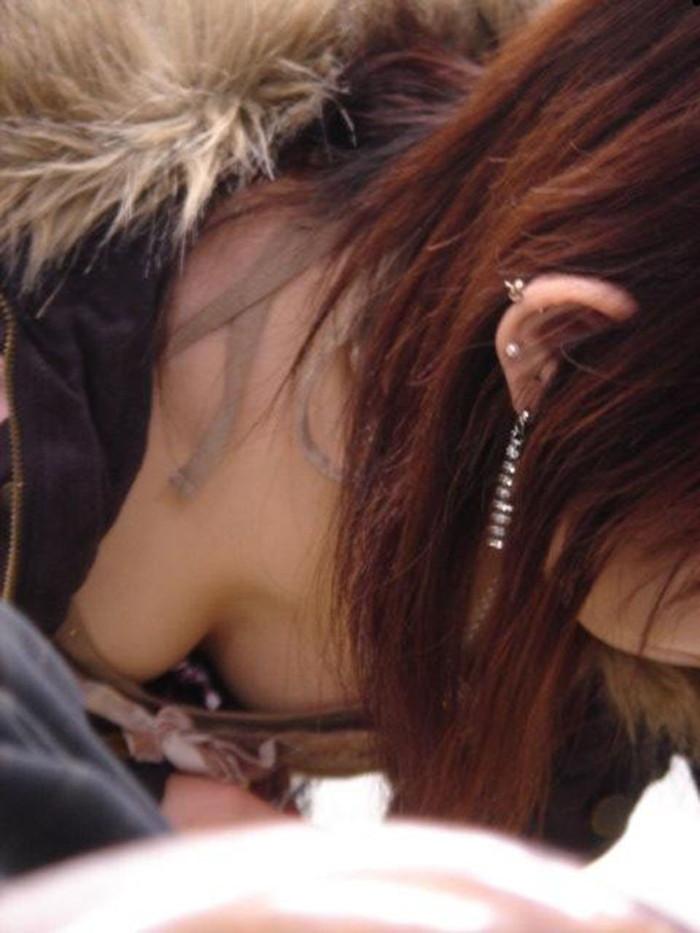 【胸チラエロ画像】街中のあちこちで見られるエロハプニングがコチラw 25