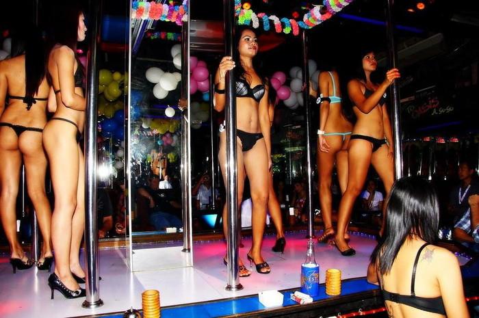 【ゴーゴーバーエロ画像】タイ人の女の子をお持ち帰りできるゴーゴーバーって知ってるか? 24