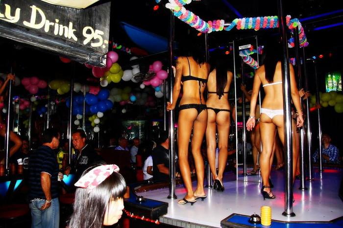 【ゴーゴーバーエロ画像】タイ人の女の子をお持ち帰りできるゴーゴーバーって知ってるか? 37