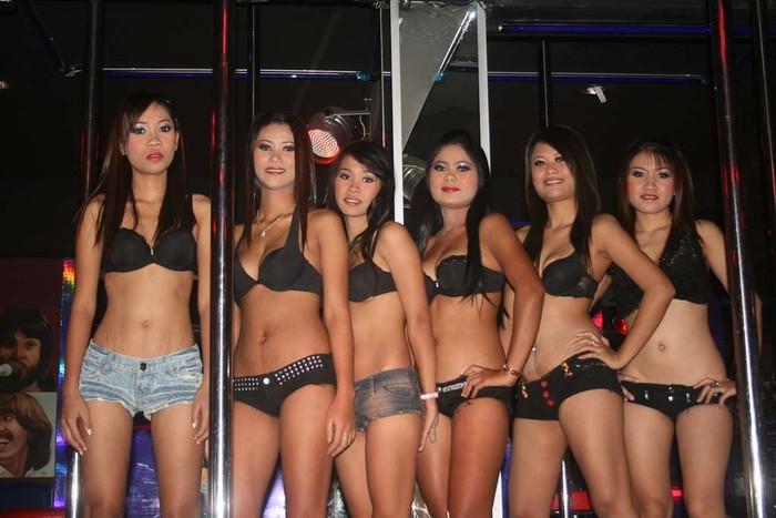 【ゴーゴーバーエロ画像】タイ人の女の子をお持ち帰りできるゴーゴーバーって知ってるか? 39