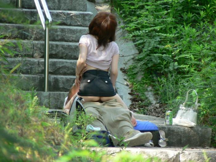 【青姦エロ画像】野外にスリルを求めて走る!?青姦バカップルがコチラw 08