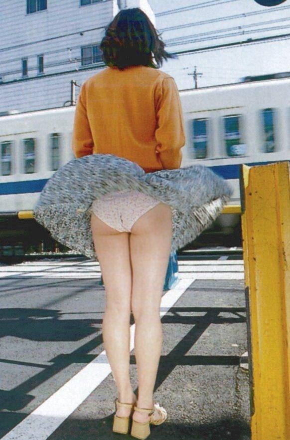【パンチラエロ画像】強風に舞ったスカートから覗くパンチラショット! 08