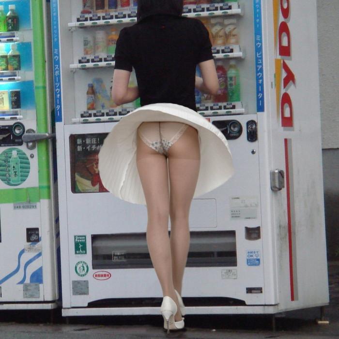 【パンチラエロ画像】強風に舞ったスカートから覗くパンチラショット! 09