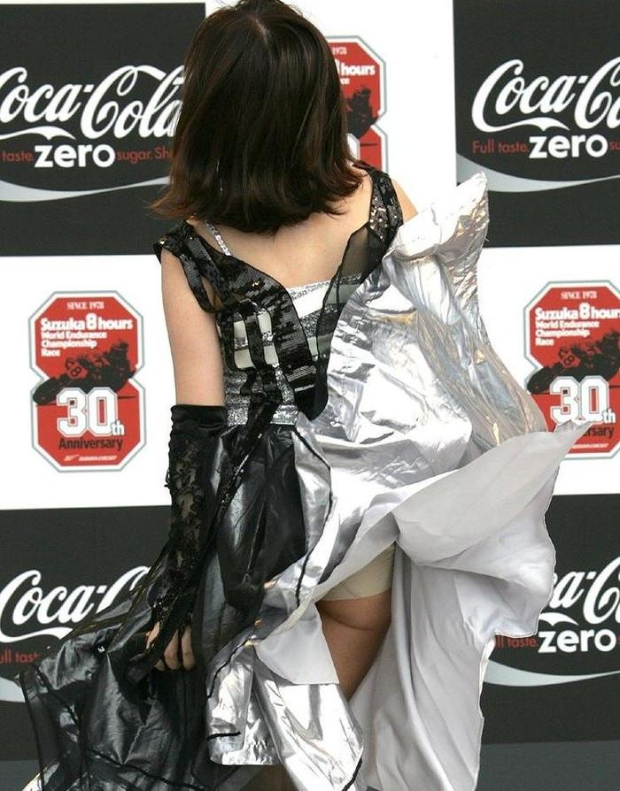 【パンチラエロ画像】強風に舞ったスカートから覗くパンチラショット! 12