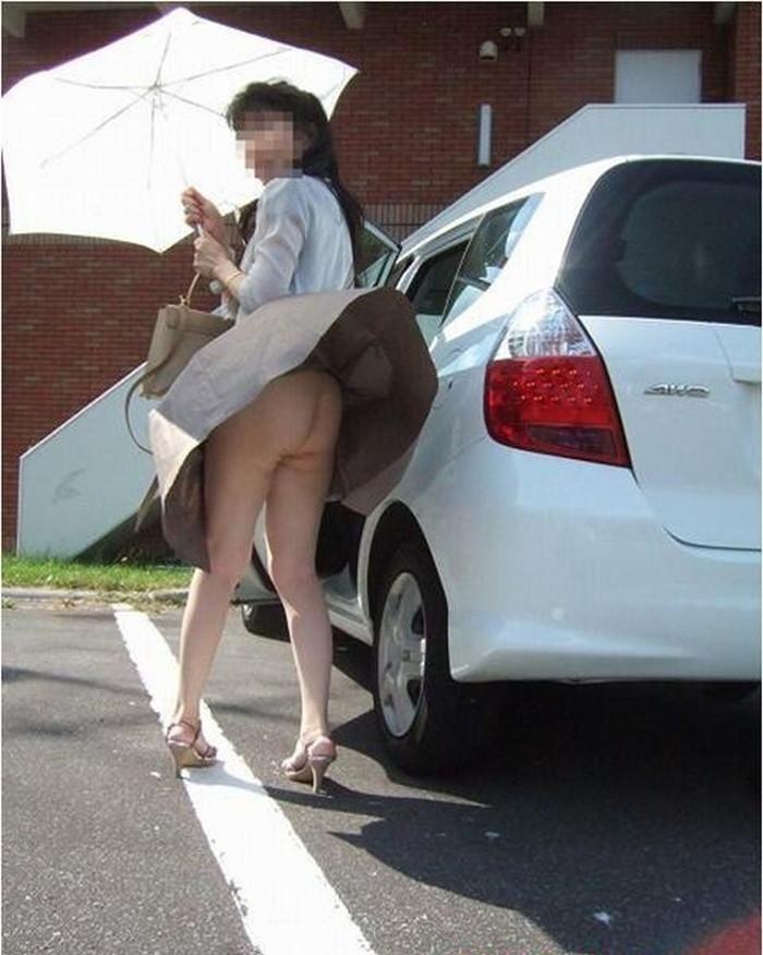 【パンチラエロ画像】強風に舞ったスカートから覗くパンチラショット! 13