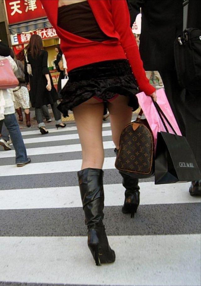 【パンチラエロ画像】強風に舞ったスカートから覗くパンチラショット! 21