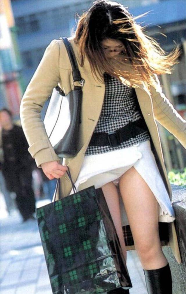【パンチラエロ画像】強風に舞ったスカートから覗くパンチラショット! 23