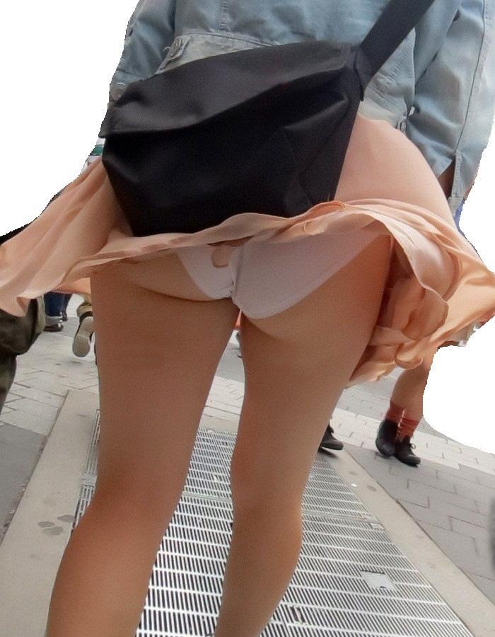 【パンチラエロ画像】強風に舞ったスカートから覗くパンチラショット! 26