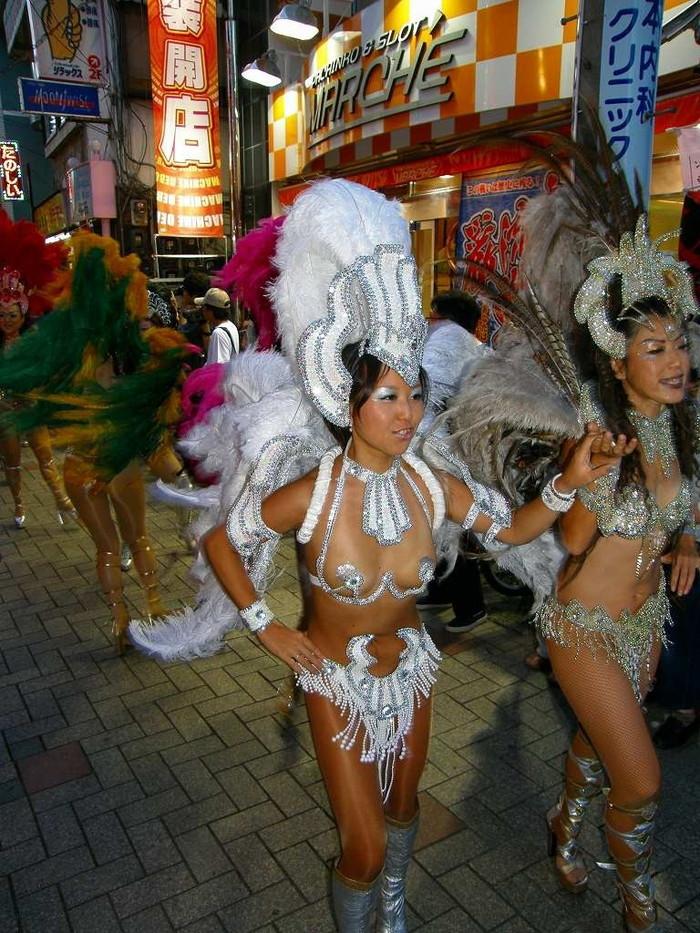 【サンバエロ画像】日本のサンバも捨てたモンじゃない!過激エロ衣装で踊る女たち! 01