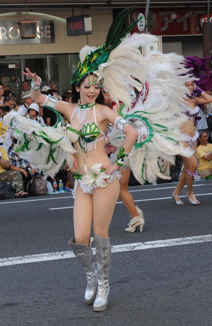 【サンバエロ画像】日本のサンバも捨てたモンじゃない!過激エロ衣装で踊る女たち! 03