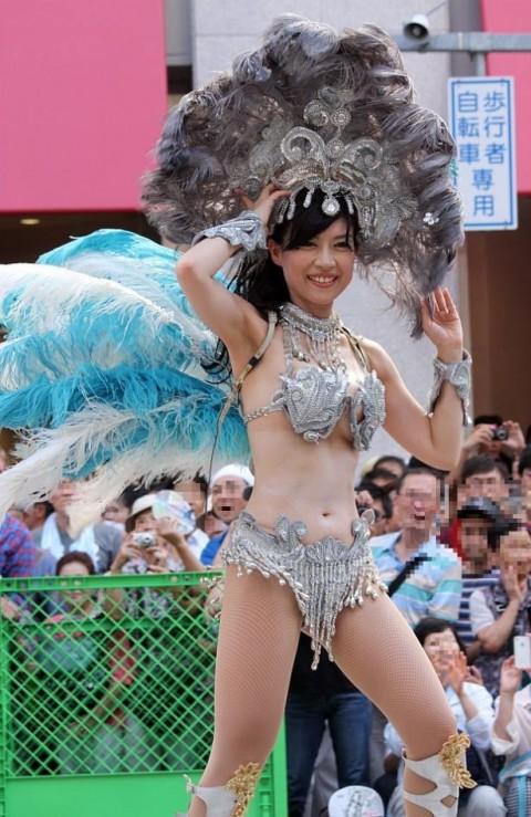 【サンバエロ画像】日本のサンバも捨てたモンじゃない!過激エロ衣装で踊る女たち! 04