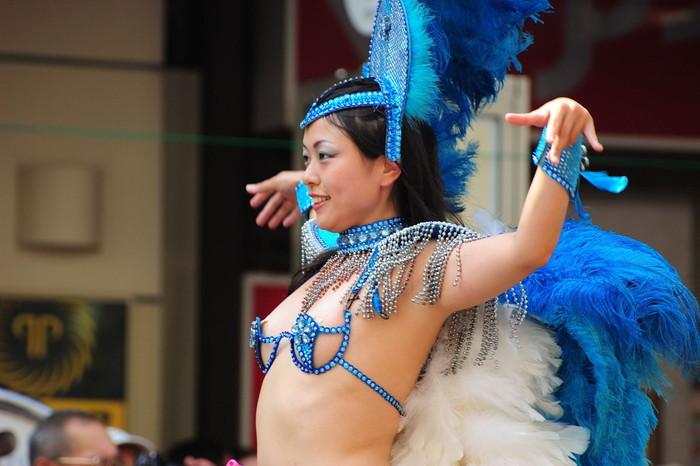 【サンバエロ画像】日本のサンバも捨てたモンじゃない!過激エロ衣装で踊る女たち! 09