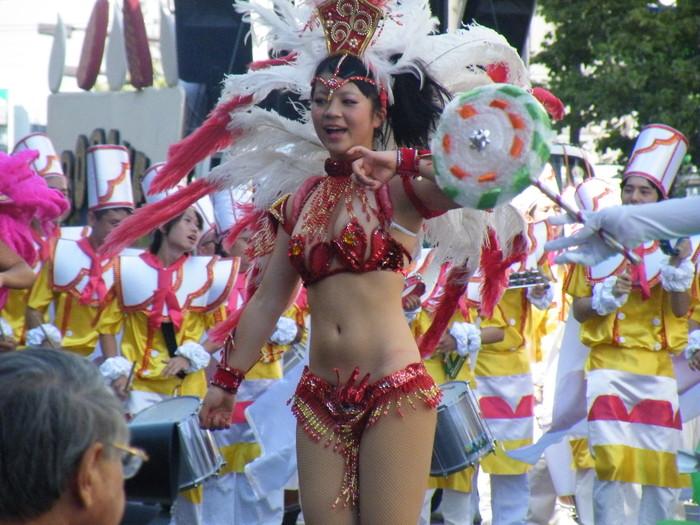 【サンバエロ画像】日本のサンバも捨てたモンじゃない!過激エロ衣装で踊る女たち! 13
