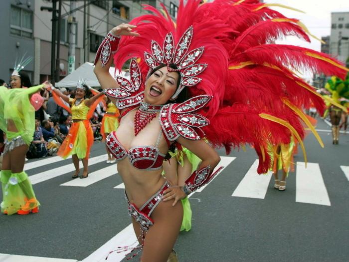 【サンバエロ画像】日本のサンバも捨てたモンじゃない!過激エロ衣装で踊る女たち! 14