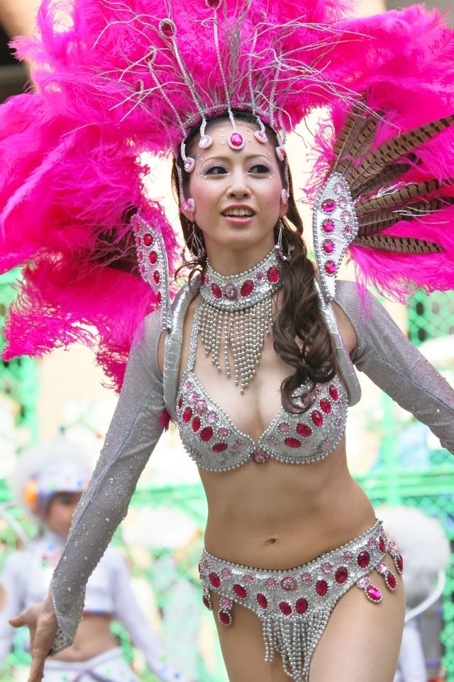 【サンバエロ画像】日本のサンバも捨てたモンじゃない!過激エロ衣装で踊る女たち! 22