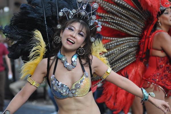 【サンバエロ画像】日本のサンバも捨てたモンじゃない!過激エロ衣装で踊る女たち! 24