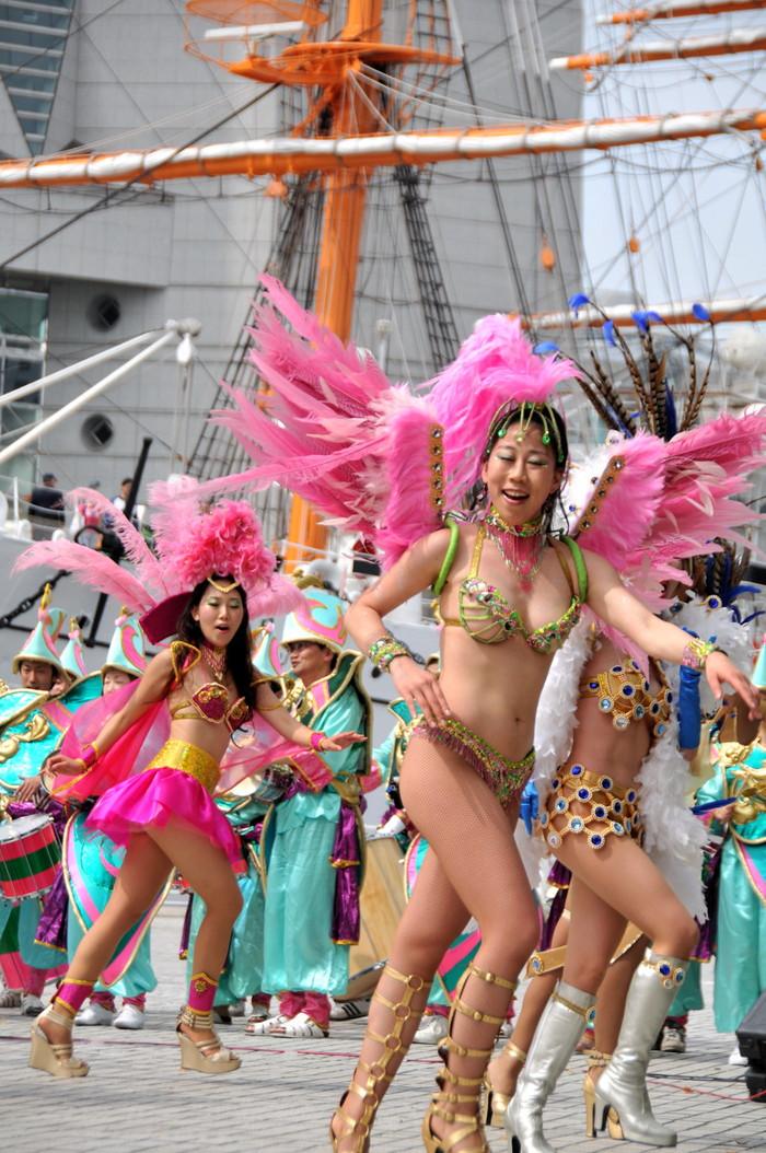 【サンバエロ画像】日本のサンバも捨てたモンじゃない!過激エロ衣装で踊る女たち! 25
