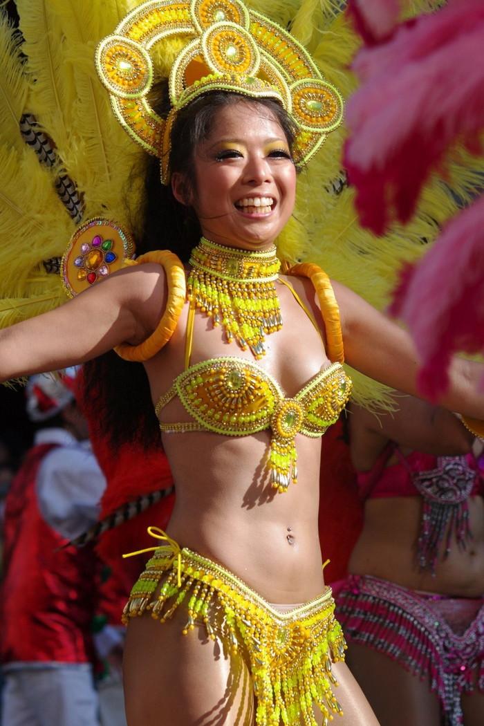 【サンバエロ画像】日本のサンバも捨てたモンじゃない!過激エロ衣装で踊る女たち! 31