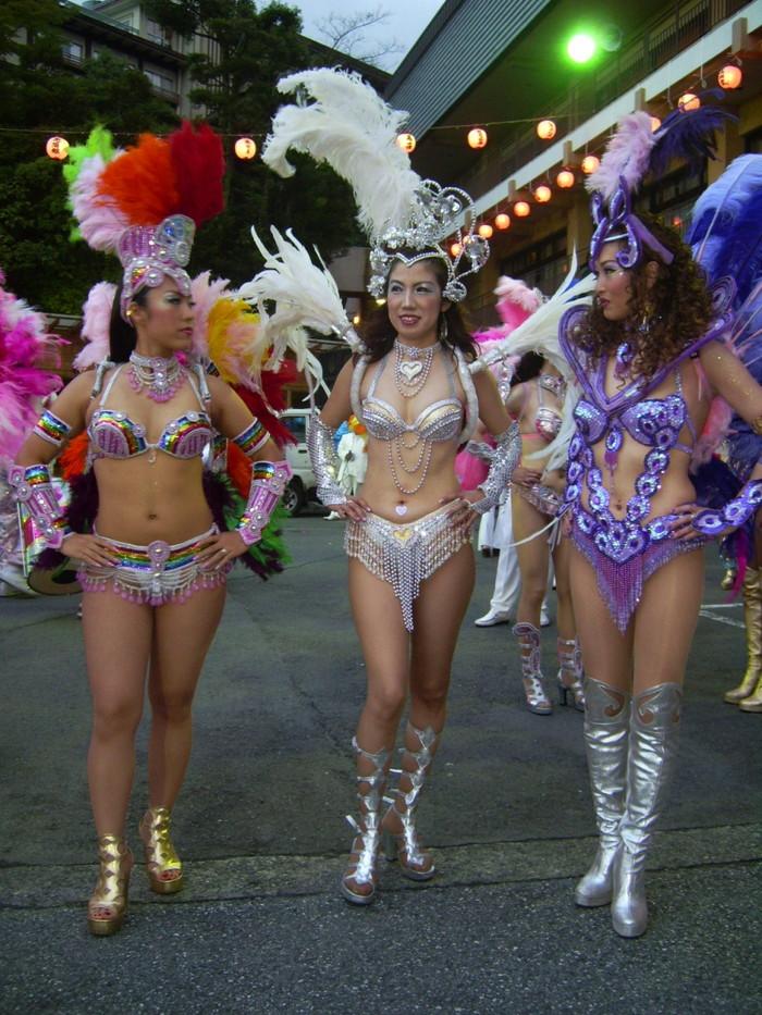 【サンバエロ画像】日本のサンバも捨てたモンじゃない!過激エロ衣装で踊る女たち! 32