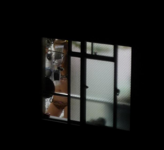 【民家盗撮エロ画像】覗き込んだ民家から思わぬラッキーな光景が飛び込んできたぞ! 21