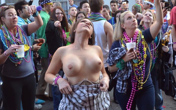 【海外お祭りエロ画像】女の子がおっぱい露出する祭り!マルディグラってすげー! 01
