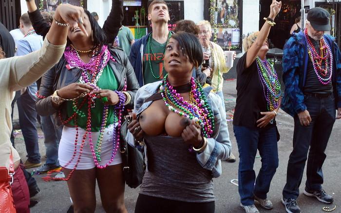 【海外お祭りエロ画像】女の子がおっぱい露出する祭り!マルディグラってすげー! 03