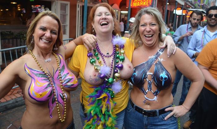 【海外お祭りエロ画像】女の子がおっぱい露出する祭り!マルディグラってすげー! 11