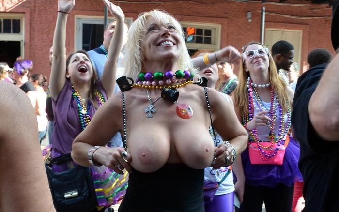 【海外お祭りエロ画像】女の子がおっぱい露出する祭り!マルディグラってすげー! 13