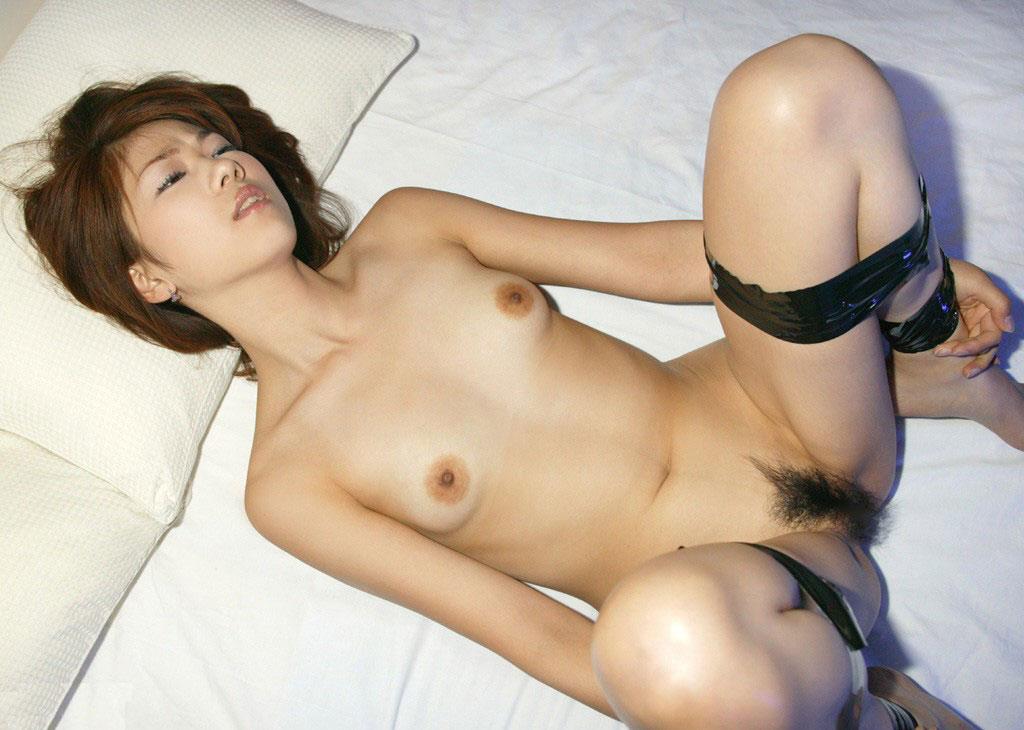 両手両足拘束された美女のエロ画像