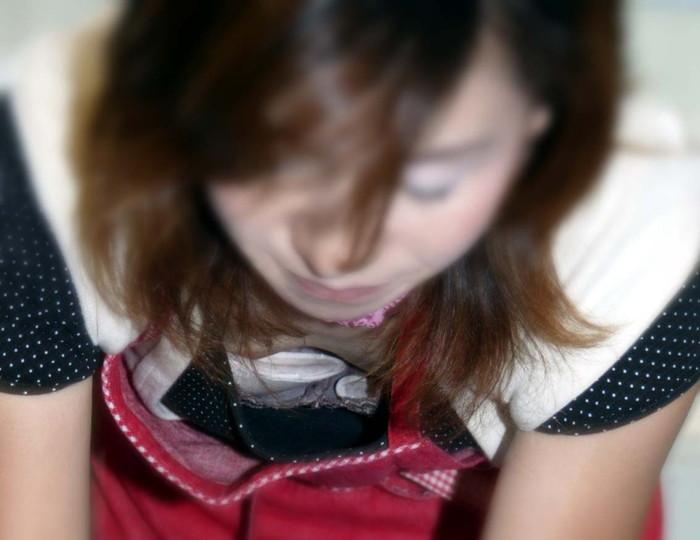 【胸チラエロ画像】街中での偶然のラッキー!胸チラし放題の素人娘たち! 08