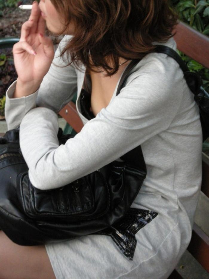 【胸チラエロ画像】街中での偶然のラッキー!胸チラし放題の素人娘たち! 20