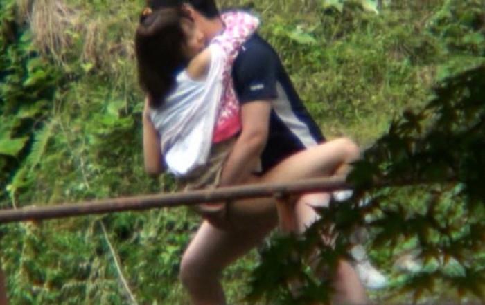 【青姦エロ画像】青姦してた写真がネット流出!社会的に終わったカップル! 04