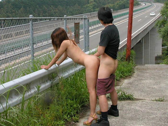 【青姦エロ画像】青姦してた写真がネット流出!社会的に終わったカップル! 15