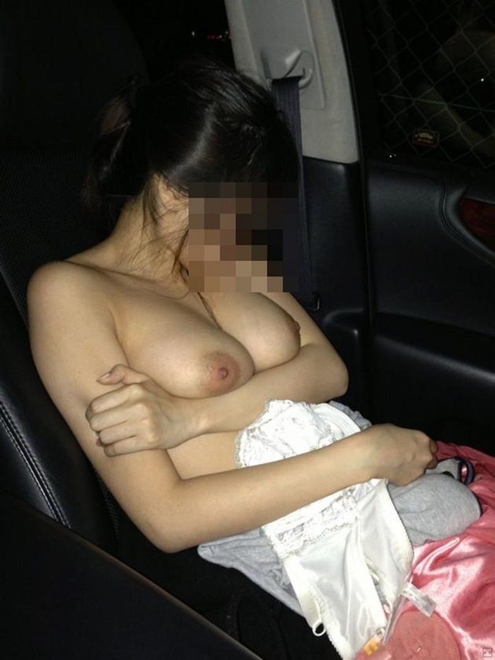 【車内露出エロ画像】野外はハードル高いけど車内での露出ならOKな女たち! 14