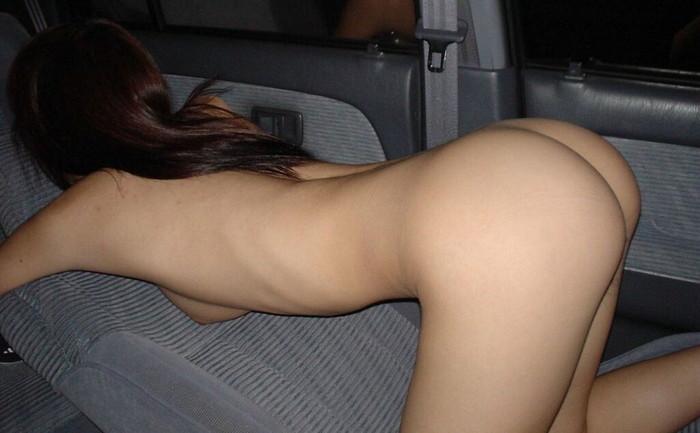 【車内露出エロ画像】野外はハードル高いけど車内での露出ならOKな女たち! 24