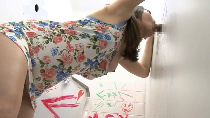 【グローリーホールエロ画像】壁に開いた穴にチンポを差し入れると極楽が見えるって!? 24
