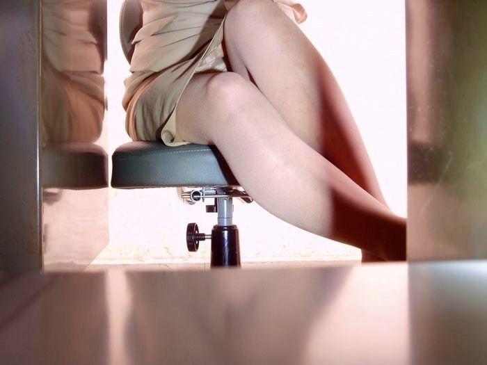 【パンチラエロ画像】机の下から覗くパンチラってすげーエロいんだな! 04