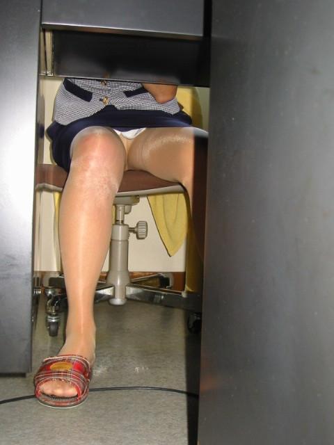 【パンチラエロ画像】机の下から覗くパンチラってすげーエロいんだな! 09