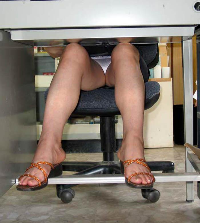 【パンチラエロ画像】机の下から覗くパンチラってすげーエロいんだな! 12