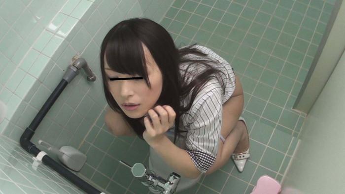 【トイレオナニーエロ画像】他人の目をかい潜ってトイレでオナニーする女たち! 26