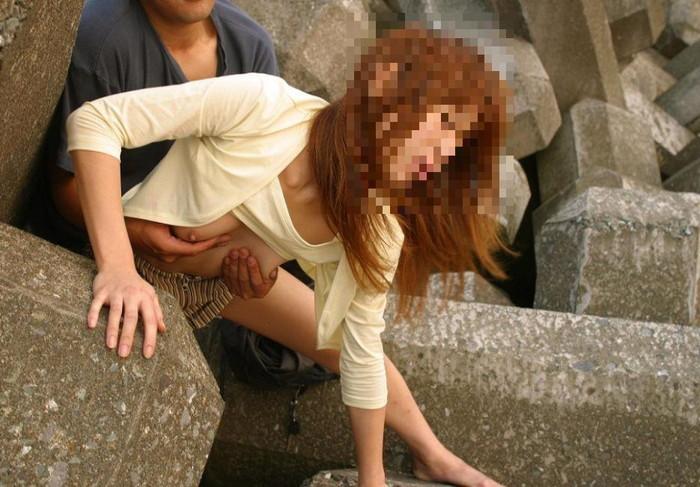 【青姦エロ画像】普段感じられないスリルを楽しむ青姦カップル! 08