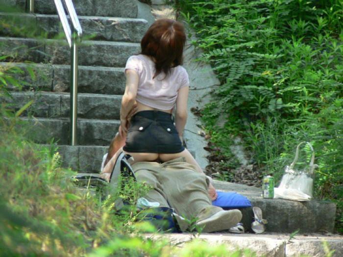 【青姦エロ画像】普段感じられないスリルを楽しむ青姦カップル! 16