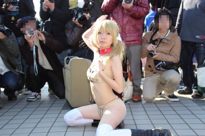 【コミケエロ画像】会場内のあちこちで見かける過激コスプレの女の子 09