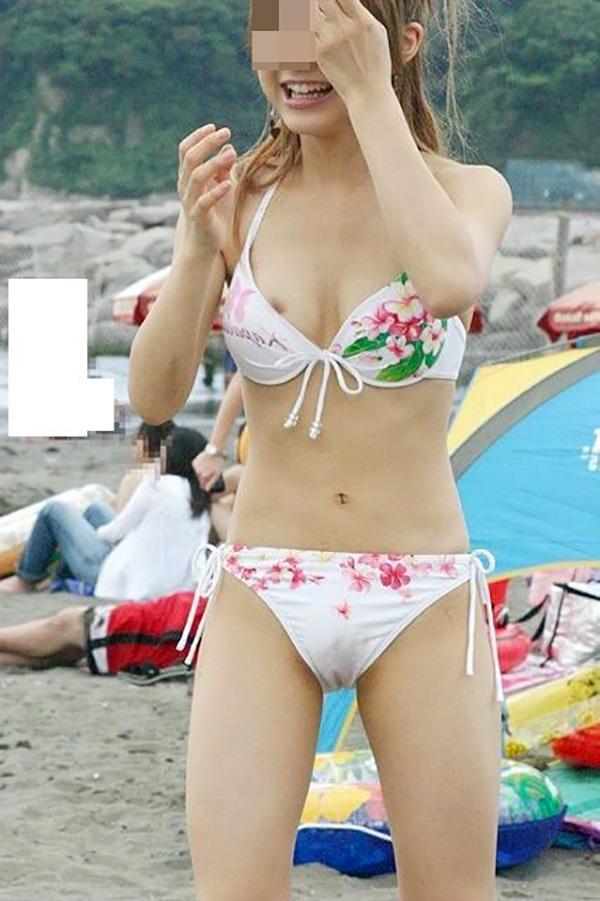 【水着ハプニングエロ画像】予期せぬポロリ!素人娘たちの水着ハプニングに勃起! 01
