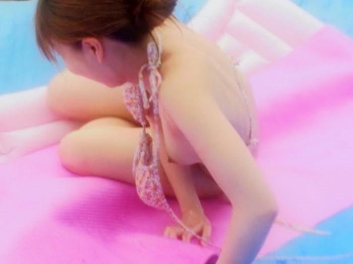 【水着ハプニングエロ画像】予期せぬポロリ!素人娘たちの水着ハプニングに勃起! 03