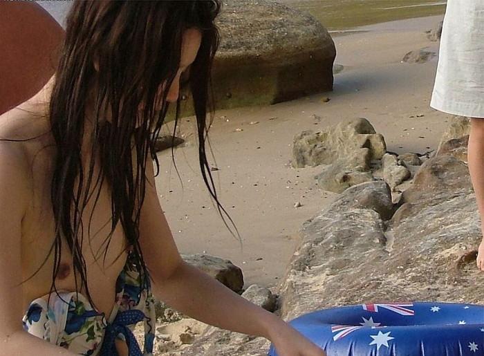 【水着ハプニングエロ画像】予期せぬポロリ!素人娘たちの水着ハプニングに勃起! 06